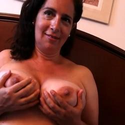 Sandra, TETONA de 45 años, no tiene reparos en follarse al mejor amigo de su hijo.