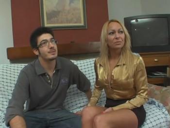 Tamara de 40 años da la alternativa en el porno a su amigo de 20 años Manolito