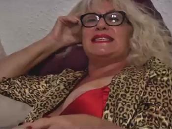 62 años y divorciada. La Señora Concha hace realidad su fantasia de follar con un yogurin
